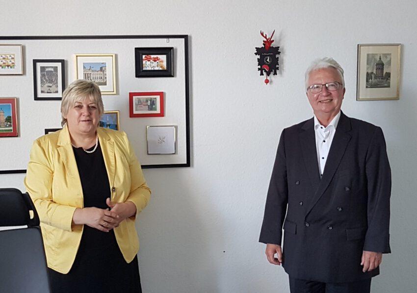 Die Bundestagsabgeordnete Kordula Kovac (l.) sprach mit Roland Hörner (r.) im Bundestag über politische Themen in Mannheim.